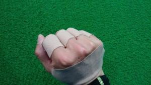 手の甲と指にチタンテープ
